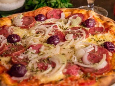 Domingo é dia de pizza e vinho na calçada no Funiculí