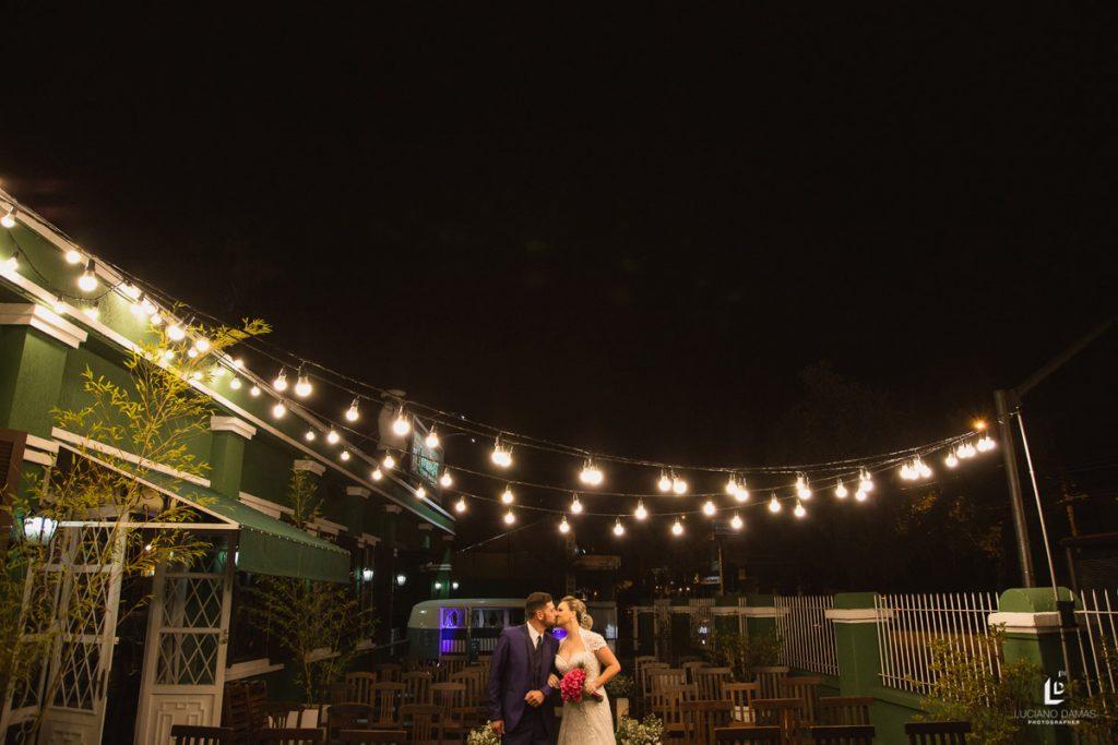 varal-de-luz-noivos-se-beijando-restaurante-o-jardineiro-comer-bem-em-curitiba