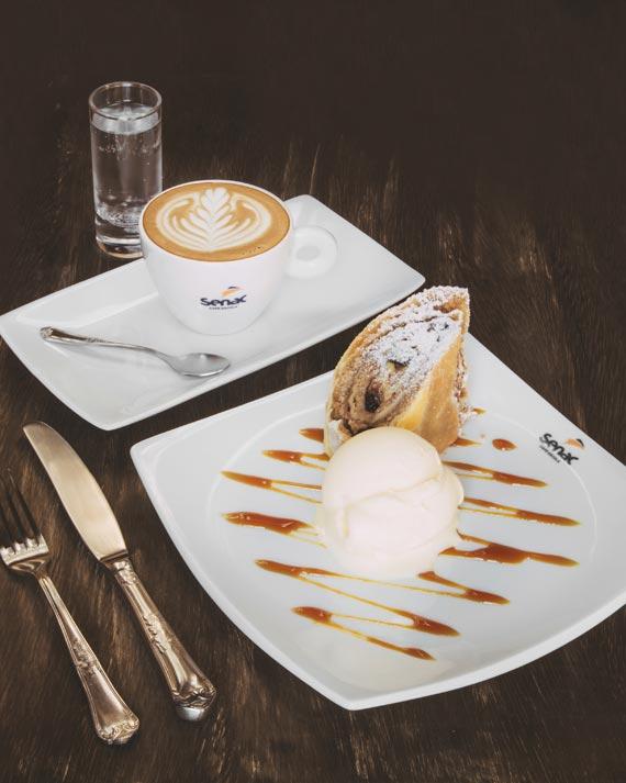 Cappuccino Italiano e apfelstrudel com sorvete de creme do café do paço senac para a Coffee Week Curitiba 2018