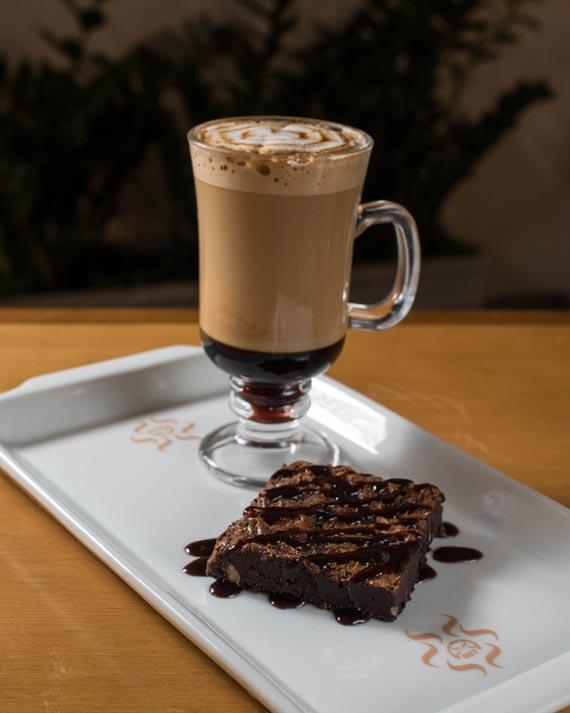 Caramelo Macchiato e brownie do Saboreate Y Café para o festival Coffee Week Curitiba 2018