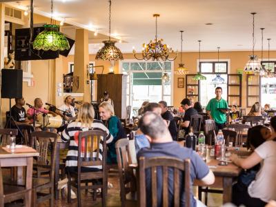 Feijoada Cultural beneficente do restaurante O Jardineiro une a arte à boa comida