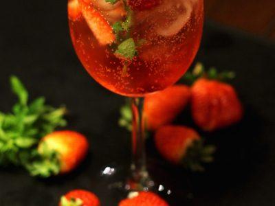 Aprenda a fazer o Piscine, drink com espumante e morangos do Bobardí