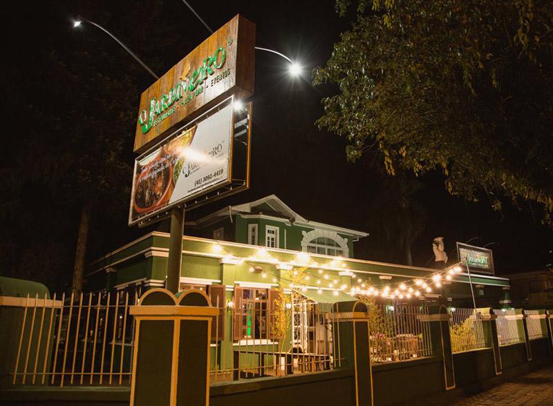 quinta-da-comedia-restaurante-o-jardineiro-fachada-noturna-comerbem-em-curitiba