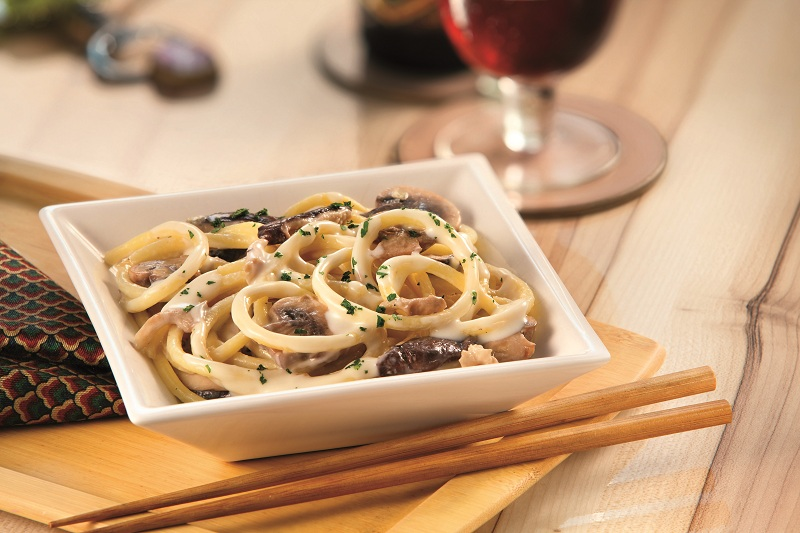 prato-italiano-de-macarrao-bucatini-oriental