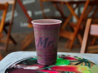 Combinação do verão: suco detox com açaí