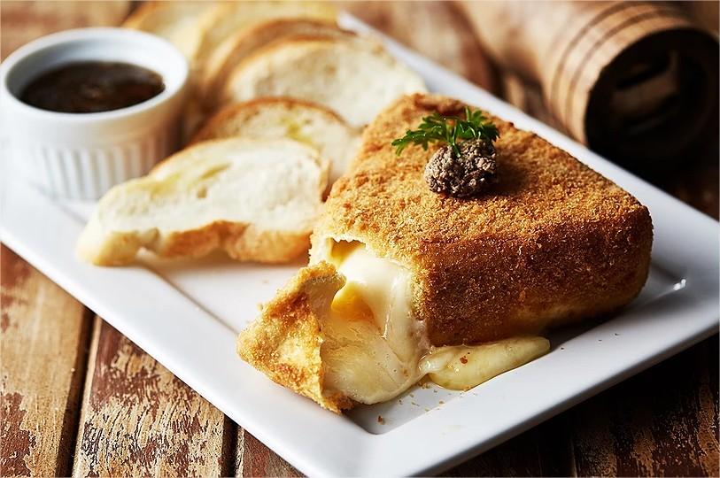 tartuferia-san-paolo-opção-happy-hour-queijo-Brie-Empanado-com-Mel-de-Trufas-Brancas-comer-bem-em-curitiba-foto-divulgação