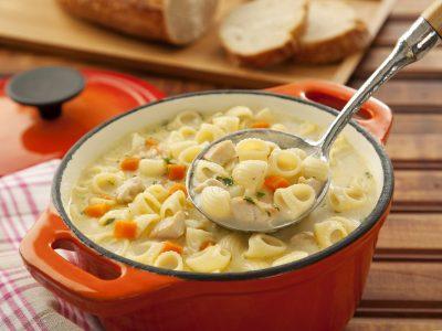 Aprenda a fazer uma saborosa sopa de frango para passar esse frio de Curitiba quentinho