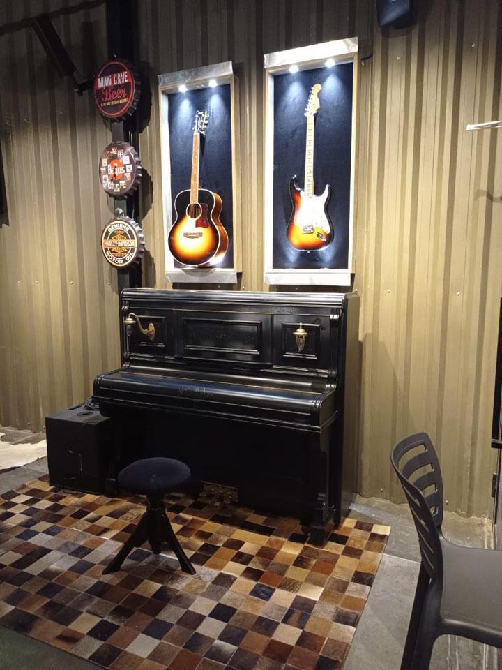 YouRock Bar em Curitiba disponibiliza instrumentos para os clientes